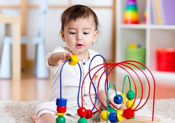 manfaat mainan kerincingan pada bayi